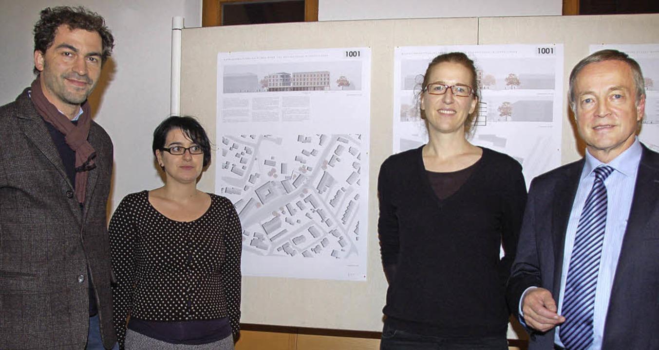 Wettbewerb um Wohn- und Geschäftshaus ...er (rechts) gratulierte den Gewinnern.  | Foto: Andrea Steinhart