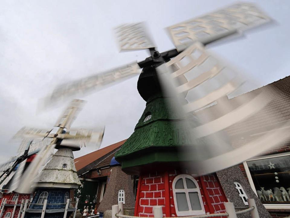 Ganz schön windig, auch wenn diese Windmühlen keinen Strom ins Netz einspeisen.  | Foto: dpa