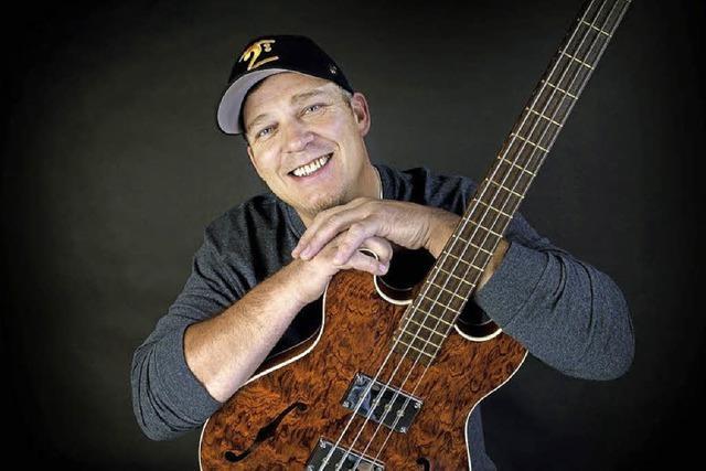 Der Bassist Andy Irvine spielt in der Emmendinger Kulturmühle Mehlsack