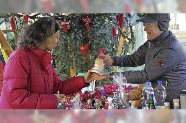 Weihnachtsmarkt bei strahlender Sonne lockt viele Besucher an