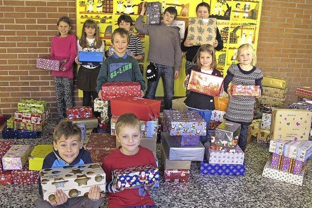 Schüler packen 125 Päckchen für andere