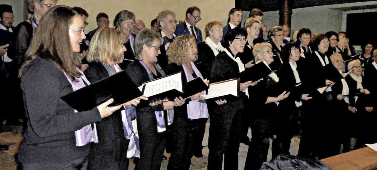 Der Gesamtchor kam mit seiner Liedausw...war  Solistin Nadine Wagner (rechts).   | Foto: Osswald