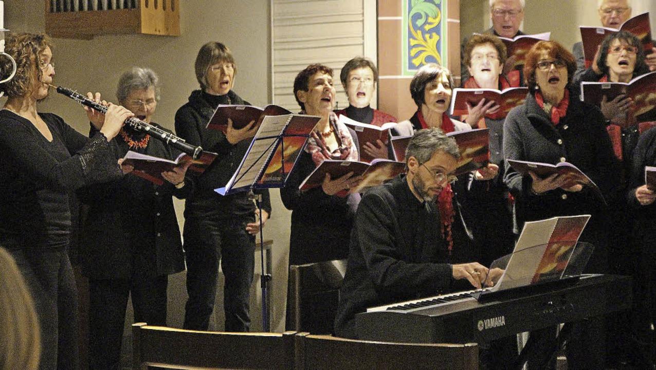 Der Kirchenchor bei seiner Darbietung ...Dinnebier) und Klavier (Benjamin Buob)  | Foto: Pia Letter-Hirsch
