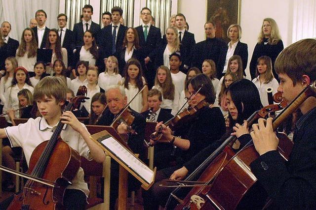 Konzertbesucher genießen und helfen