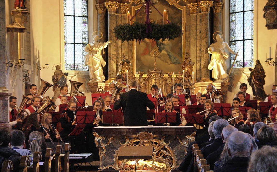 Die Trachtenkapelle St. Ulrich gab in ...farrkirche ein großes Adventskonzert.   | Foto: Hans Jürgen Kugler
