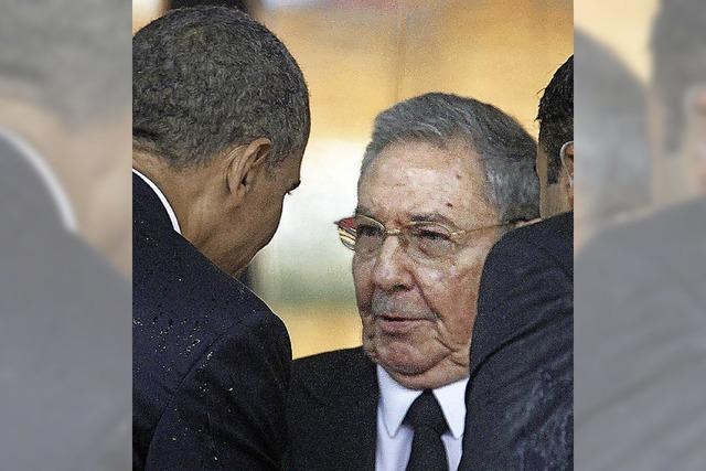 Obama und Rául Castro reichen sich in Soweto die Hand