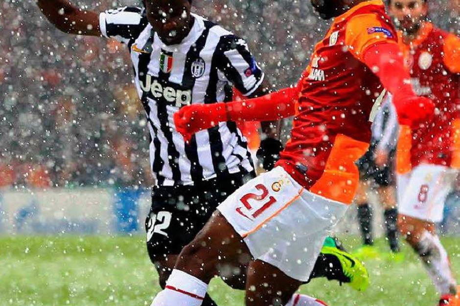 Nach 32 Minuten musste der Schiri das Champions-League-Spiel abbrechen. Am Mittwochnachmittag folgt die Fortsetzung. (Foto: AFP)