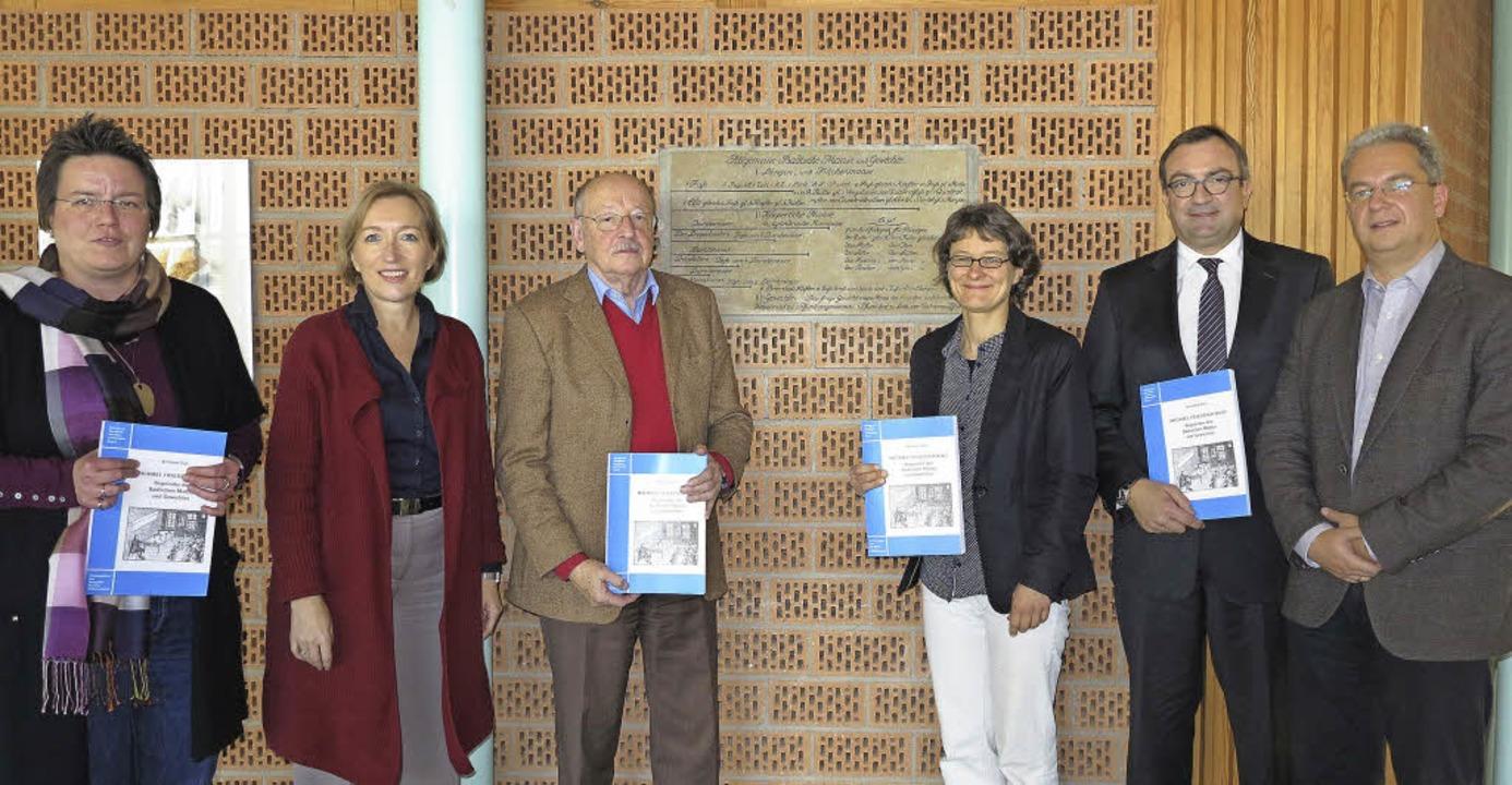 Die neue Schriftenreihe zur Geschichte...Kulturdezernent Jan Merk (von links).     Foto: Dorothee Philipp