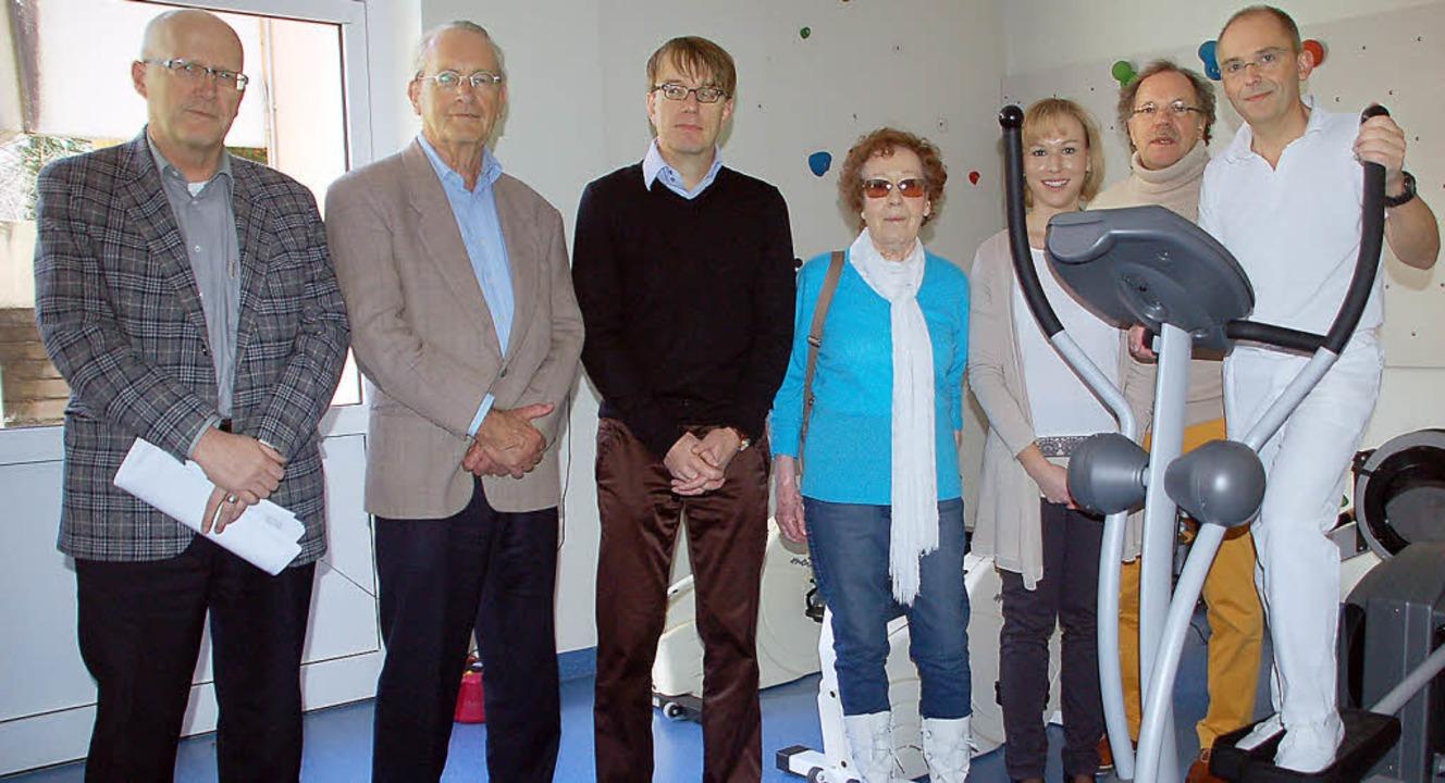 Rolf Karrer (von links), Rudolf Henche...ch bei der Übergabe des Crosstrainers.    Foto: Petra Wunderle