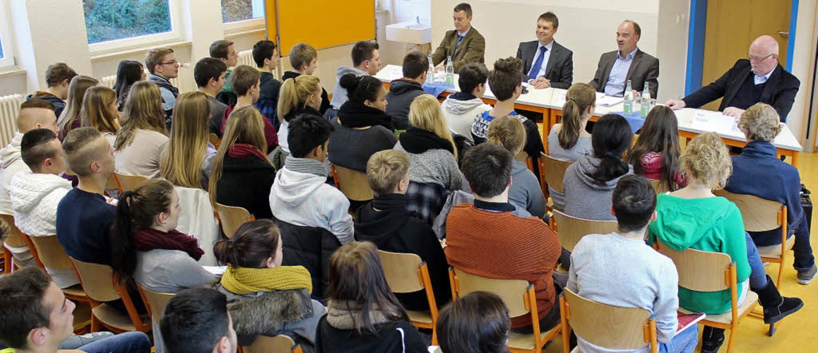 Fruchtbare Gespräche: Schüler der Wilh...st-Lay-Schule  und die Bürgermeister.   | Foto: Mario Schöneberg