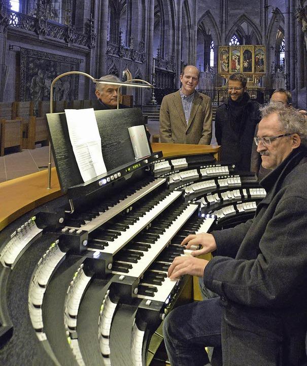 Domorganist Gerhard Gnann am neuen Hauptspieltisch     Foto: Bamberger