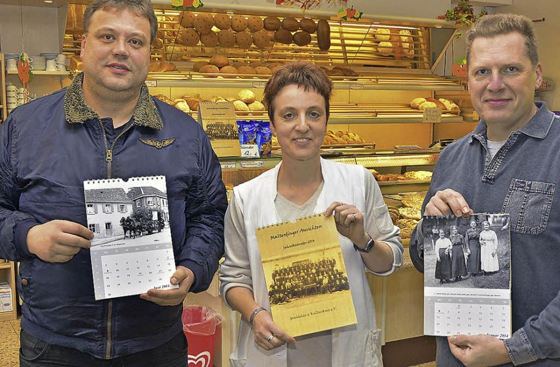 Klaus Schmidt, Heidi Wickersheim und R...e Ausgabe des Malterdinger Kalenders.     Foto: Dieter Erggelet