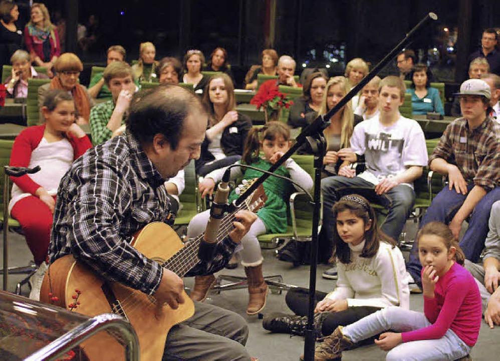 Gitarrist Tito Ronceros spielte bei de...im großen Sitzungssaal des Rathauses.   | Foto: Thomas Loisl Mink
