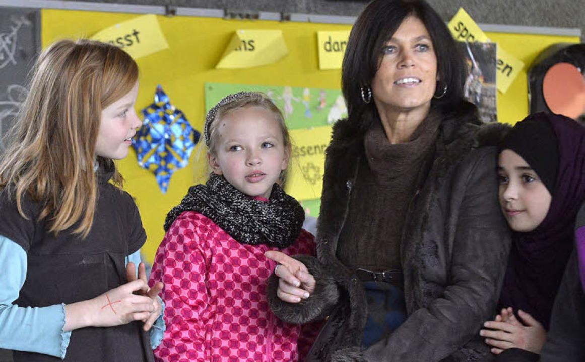 Carla Graf zum Anfassen: Die Kinder  d...hlagersängerin ganz hautnah erleben.    | Foto: Michael Bamberger