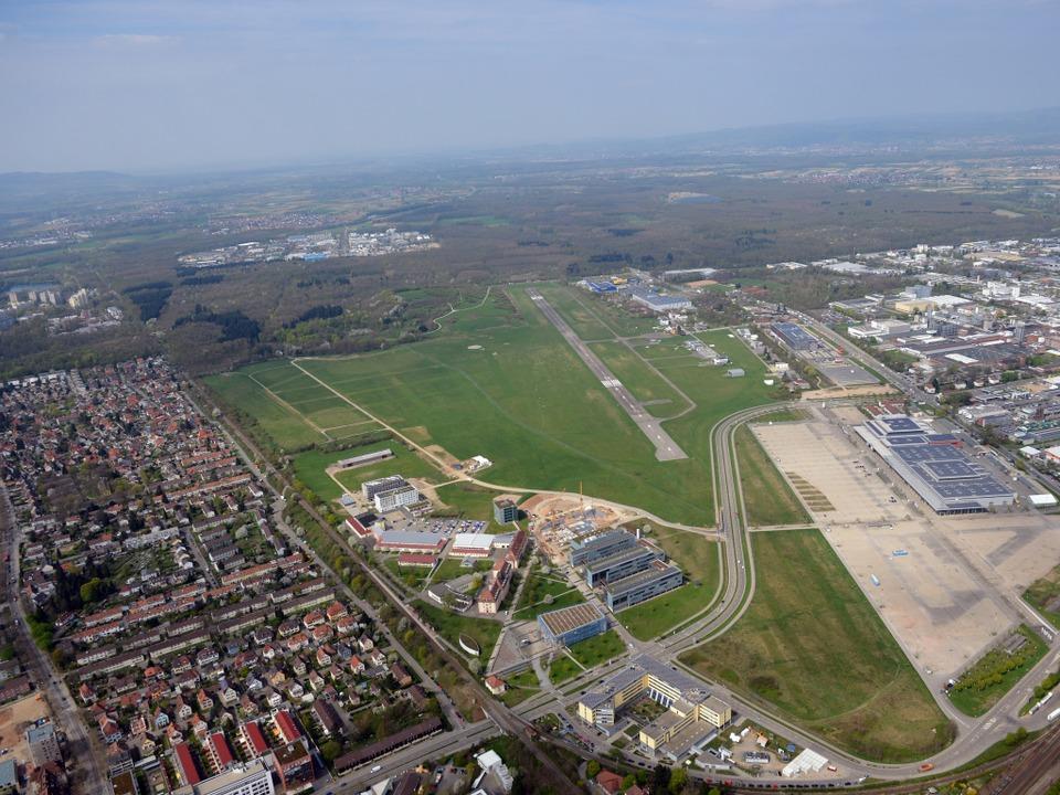 Ob der Flugplatz als Standort für ein ...untersuchen derzeit mehrere Gutachter.    Foto: Patrick Seeger