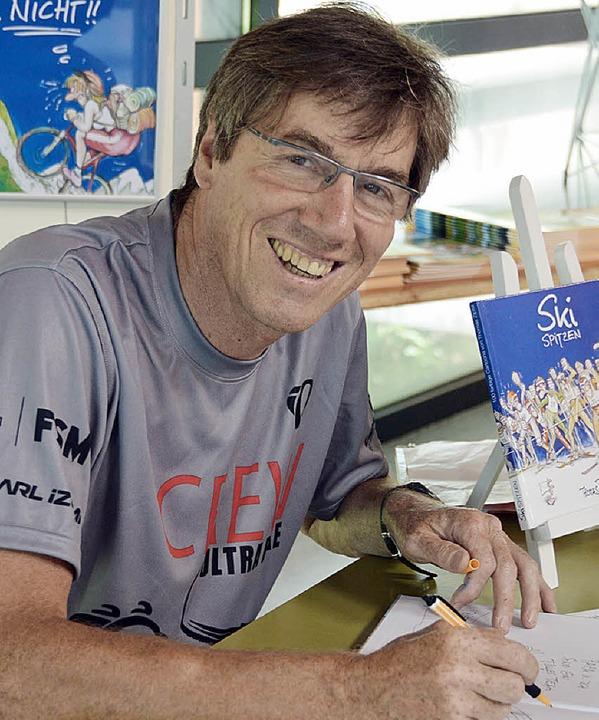 Thomas Zipfel beim Zeichnen seiner Sportler-Cartoons.   | Foto: Gerhard Lück