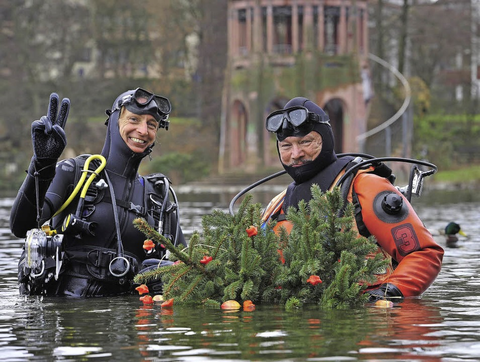 Kurz vorm Abtauchen: Heike Dreßler-Lux... dem  Weihnachtsbaum im Flückiger See.  | Foto: Thomas Kunz