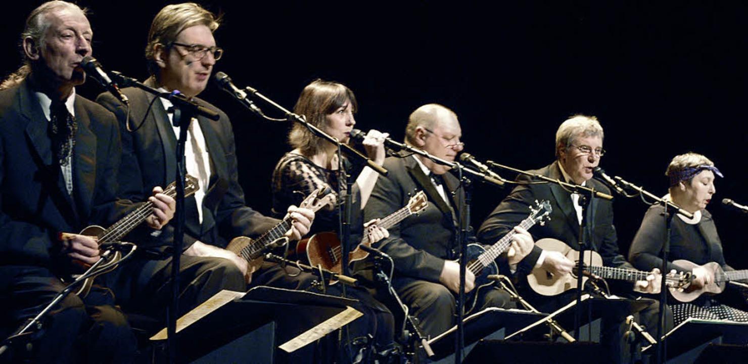 Musikalisch und witzig: das Ukulele-Orchester im Burghof   | Foto: Mink