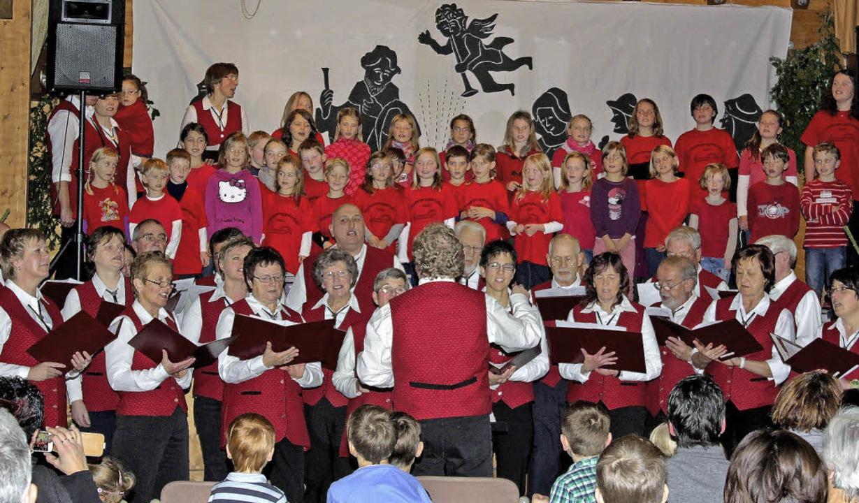"Liederkranz und Kinderprojektchor fand...lusslied ""Feliz Navidad"".   | Foto: Dorothee Kuhlmann"