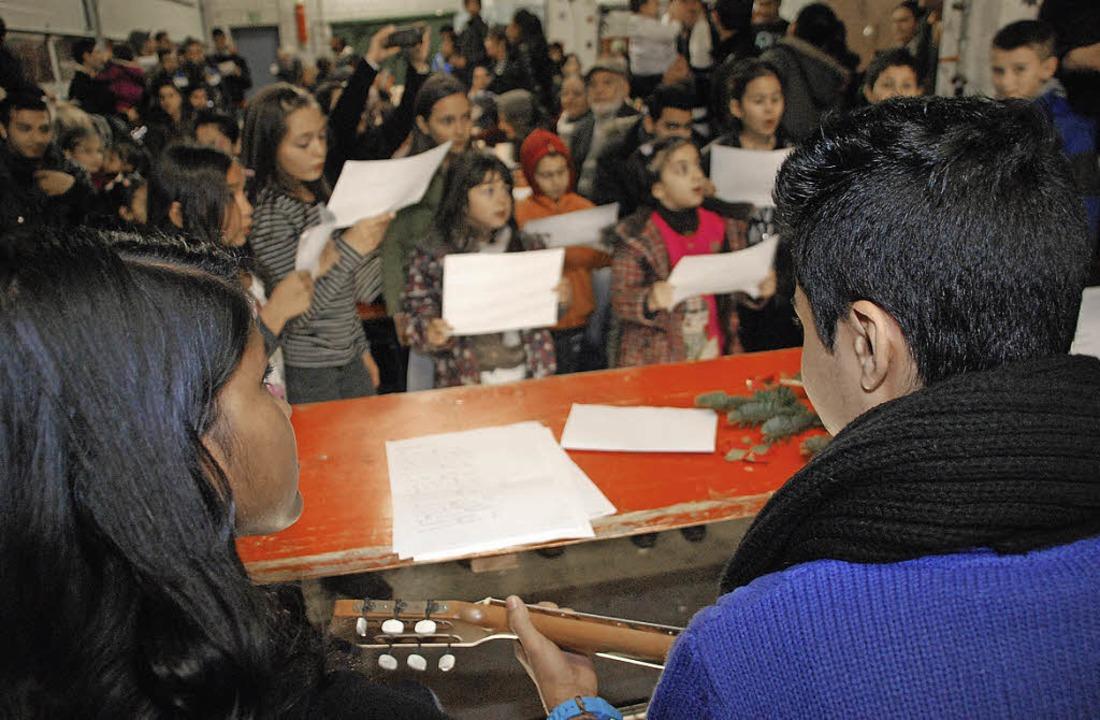 Gitarrenschüler spielen für die Teilnehmer.   | Foto: Danielle Hirschberger