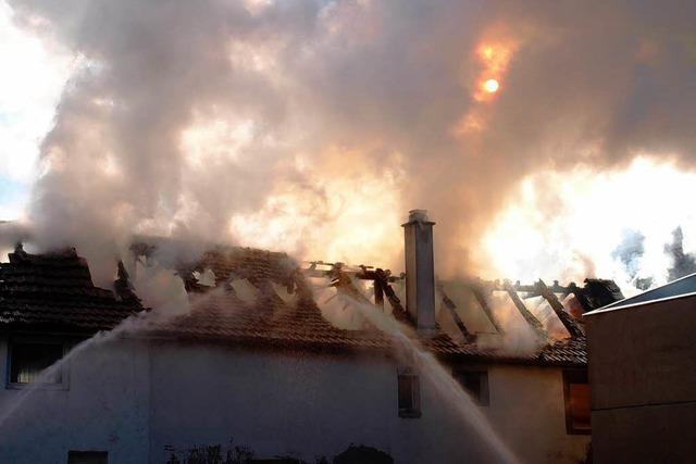 Feuer zerstört zwei Häuser – Rettern verhindern Übergreifen der Flammen
