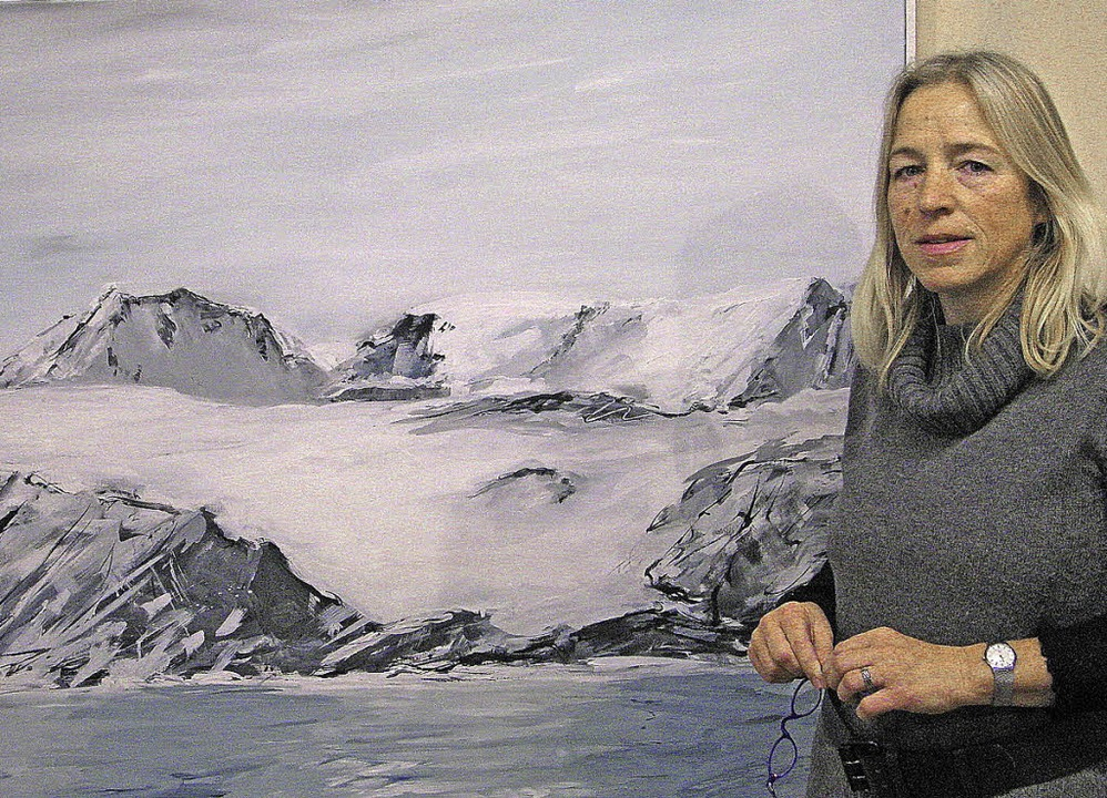 Heidi Nübling vor einem Bilder aus Spitzbergen.  | Foto: Ulrike Spiegelhalter