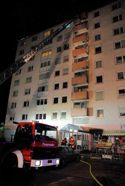Die Bötzinger Drehleiter kam zum Einsa...ehngeschossigen Hochhauses zu löschen.  | Foto: manfred frietsch