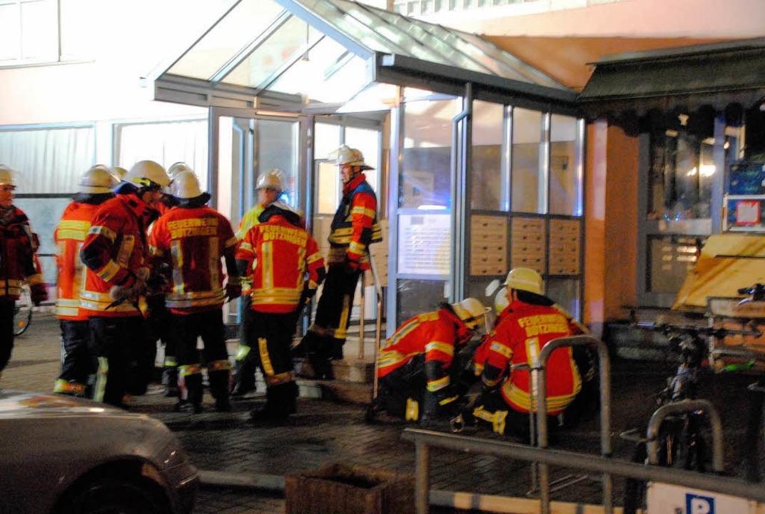 Einsatzkräfte der Feuerwehr am Eingang des Bötzinger Hochhauses  | Foto: manfred frietsch