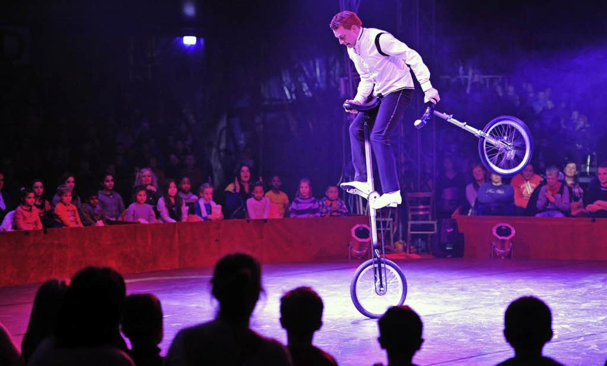 Einrad-Artist Erik Ivarsson bei einer ...en kleinen Zuschauer in Begeisterung.   | Foto: Thomas Kunz