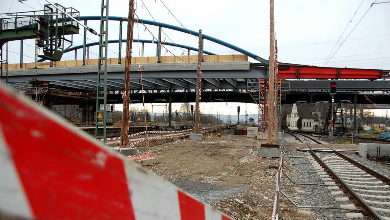 Die Bogenbrücke (links) hat den Pfeile...benfalls auf diesem Pfeiler aufliegt.   | Foto: Lauber