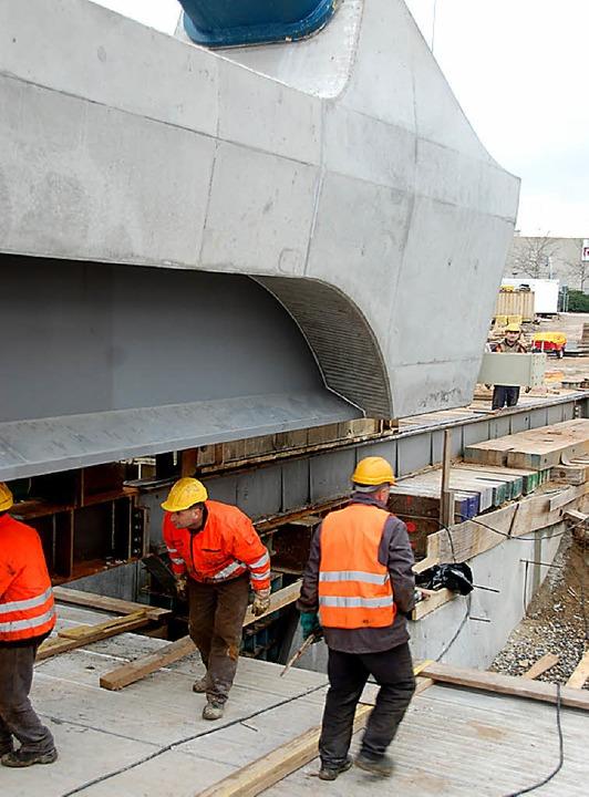 Arbeiter räumen die Baustelle auf.  | Foto: Hannes Lauber