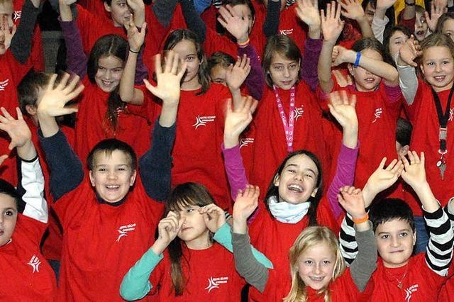 Fünftklässler freuen sich ganz in Rot