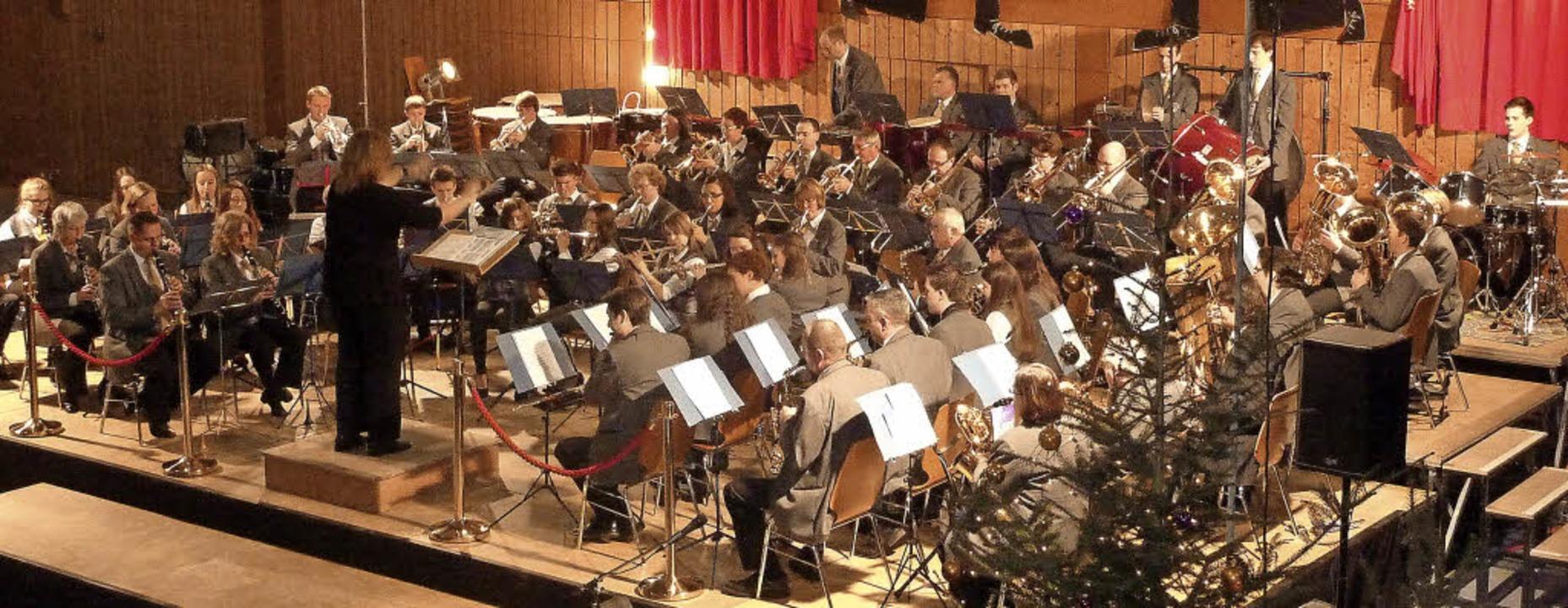 Viele Musiker folgen dem Taktstock von...Musik- und Feuerwehrkapelle Teningen.   | Foto: Karlernst Lauffer