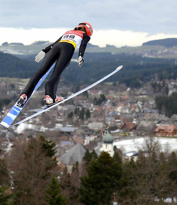 Über den Dächern von Hinterzarten erfü... im Hochschwarzwald das Olympiaticket.  | Foto: dpa