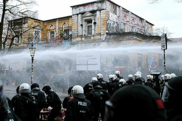 Randalierer setzen in Hamburg Autos in Brand