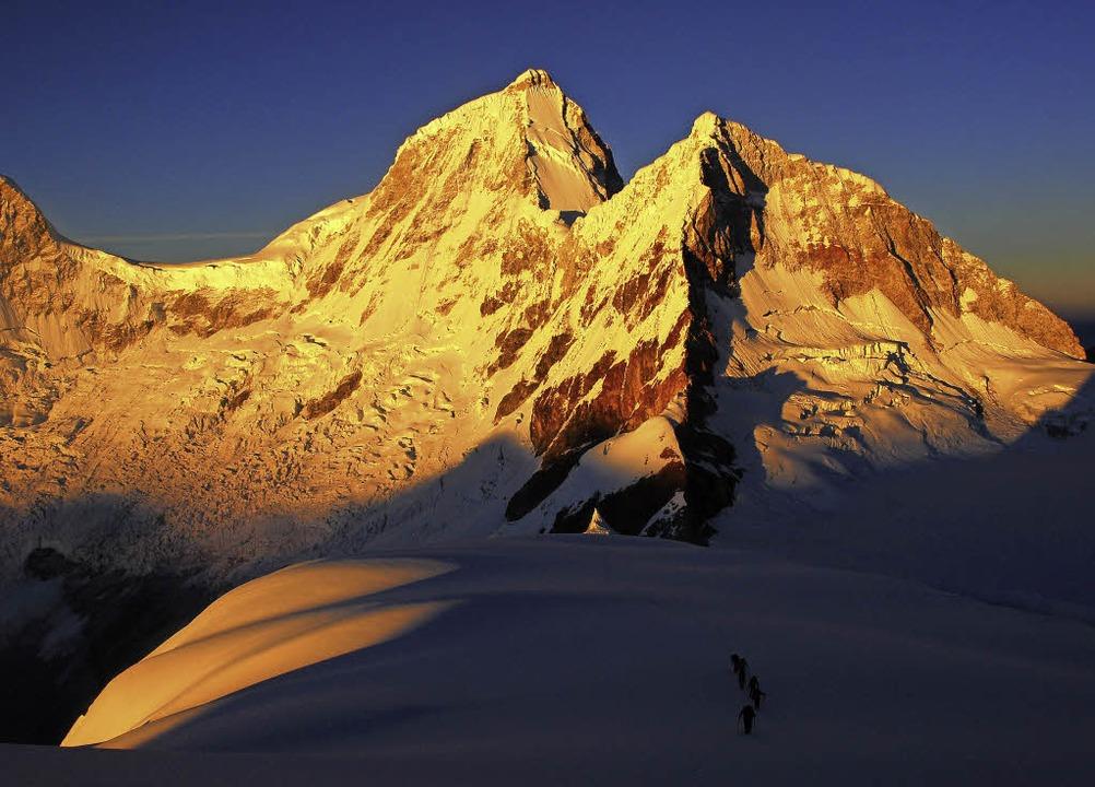 Farbspektakel in den Anden: Orange leu...orgensonne vor dem blau-roten Himmel.   | Foto: dpa