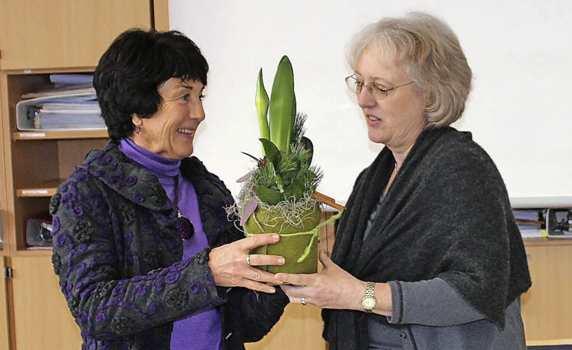 Uta Weinbrenner (links) bekommt Blumen von Angelika Pummer.  | Foto: Evi Hoffmann
