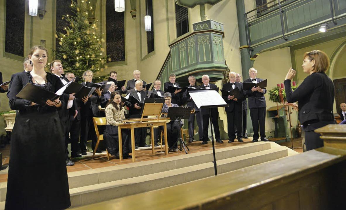 Mezzosopranistin Alies Mack mit Männer...n unter der Leitung von Olga Endewarth  | Foto: Hans-E. Meidhof