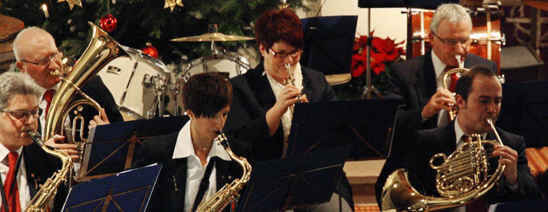Der Musikverein Königschaffhausen spie...der weihnachtlich geschmückten Kirche.    Foto: Christiane Franz