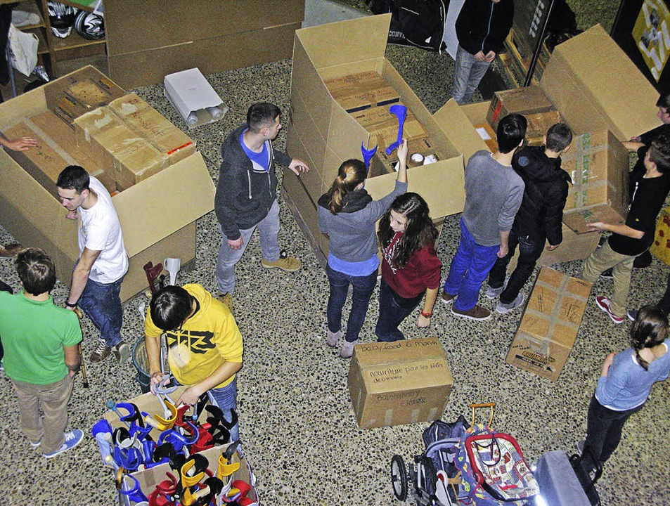 Schülerinnen und Schüler  beim Packen der Hilfsgüter.    Foto: Marisa Dieterle