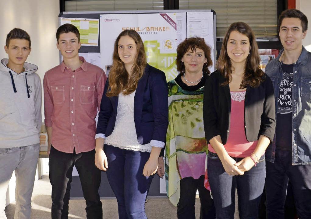 Schülerinnen und Schüler des Lise-Meit...Inge Oppenhäuser (Dritte von rechts).     Foto: Martina Weber-Kroker