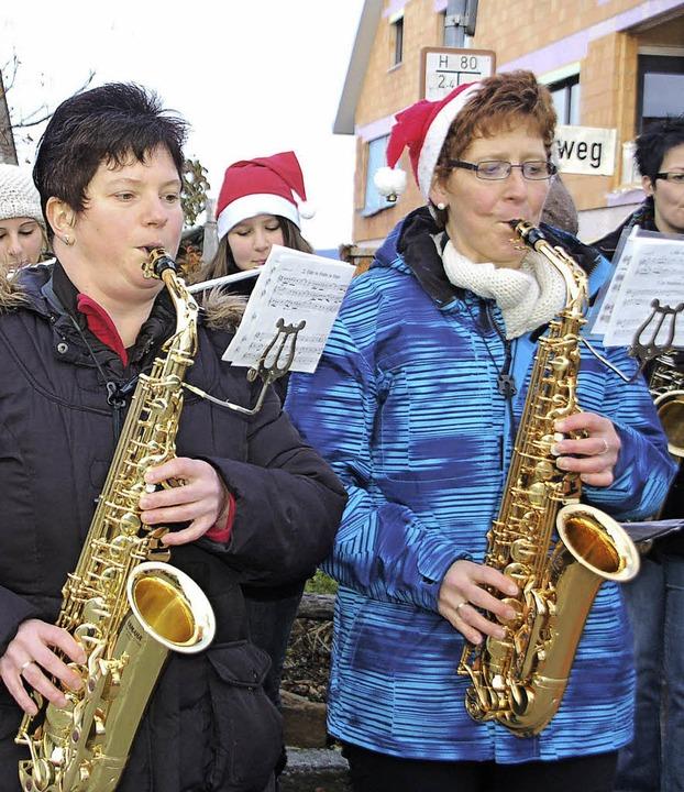 In Adelhausen ist es Tradition an Heiligabend musikalisch durchs Dorf zu ziehen.  | Foto: Petra Wunderle