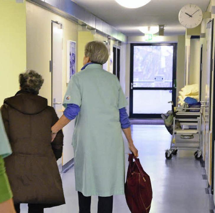 Die Grünen Dame begleiten im Kreiskrankenhaus Patienten bis in ihr Zimmer.   | Foto: Martina Proprenter