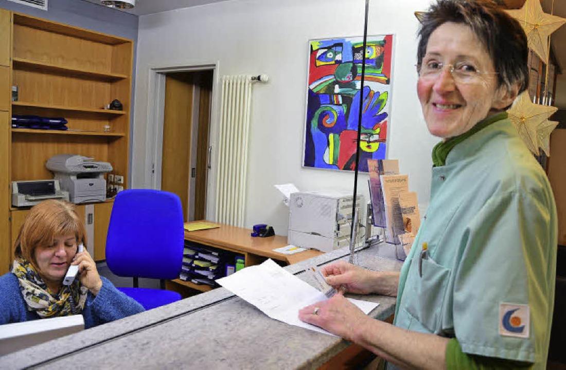Inge Schloms lädt am Empfang für einen Patienten eine Telefonkarte auf.  | Foto: Martina Proprenter
