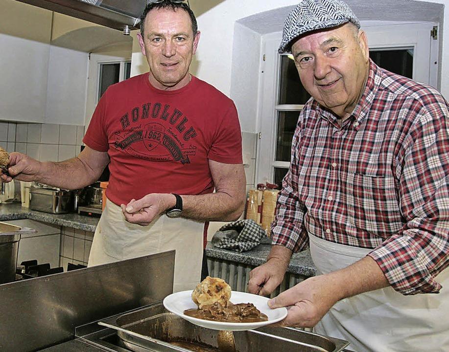 Das Küchenteam: Andreas Lemke (links) und Dieter Tieken.     Foto: Decoux-Kone
