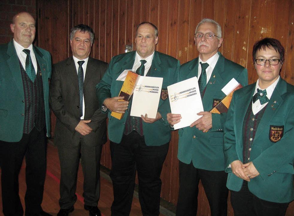 Mit  der  goldenen  Ehrennadel  des  D...(rechts)  und Günter  Pfeifer (links).    Foto: Grziwa