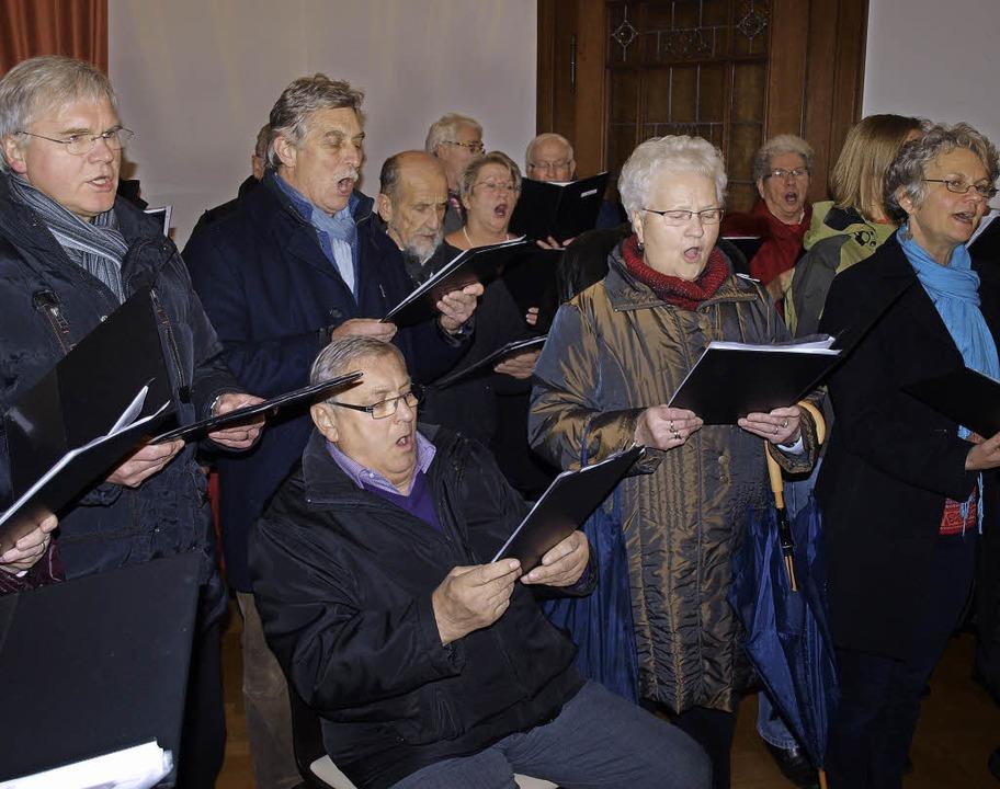 Zur guten Tradition beim Weihnachtsmus...ung von Vizedirigent Gerold Bernhard.     Foto: Paul Schleer