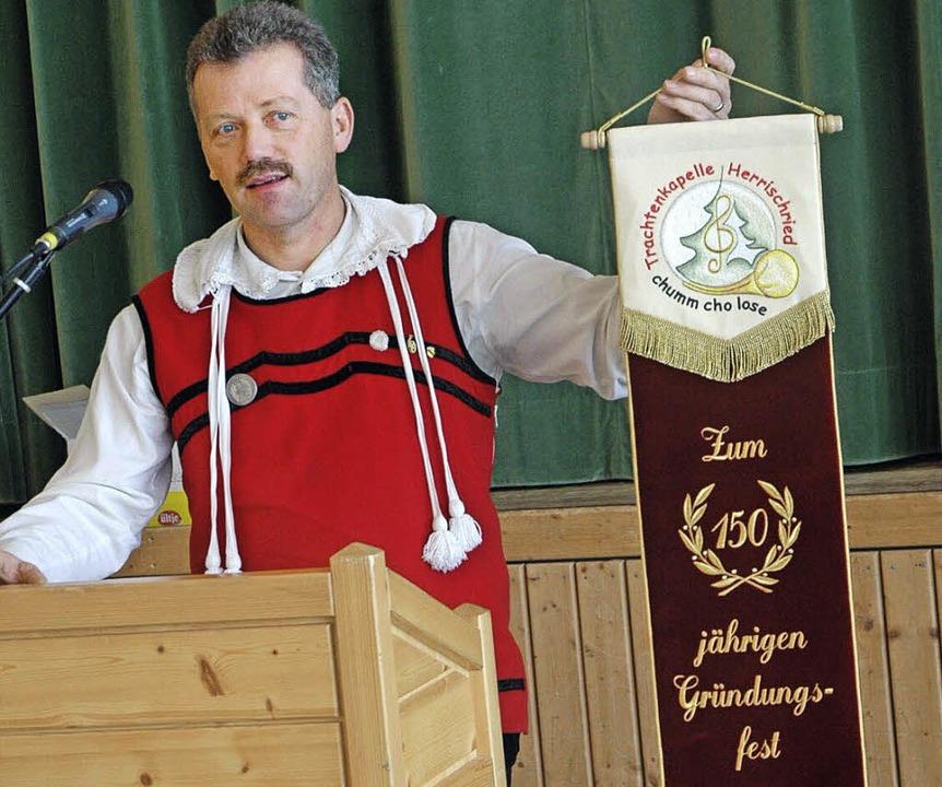 Die Ehrenmitglieder (hier Walter Stoll...150-Jährigen ein Fahnenband geschenkt.    Foto: Archivfoto: Stefan Sahli