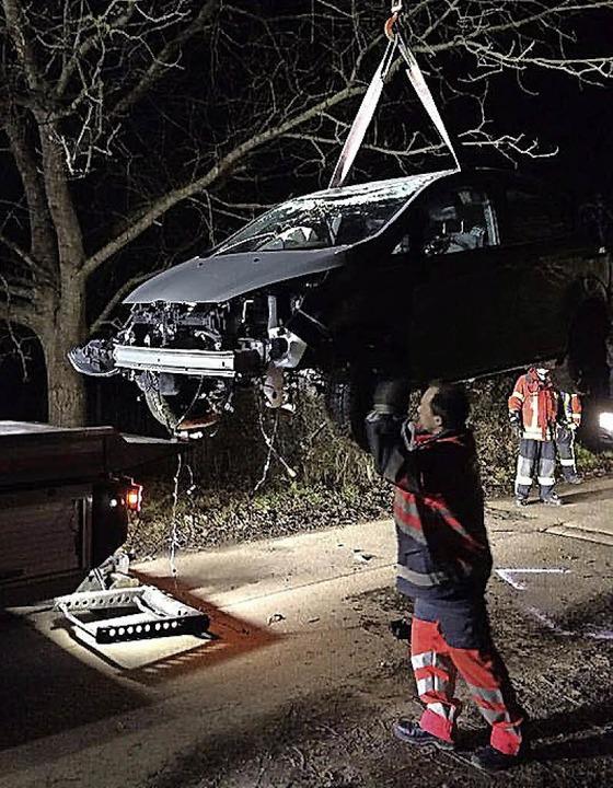 Die Feuerwehr musste die Überreste des Autos bergen.  | Foto: UTKE