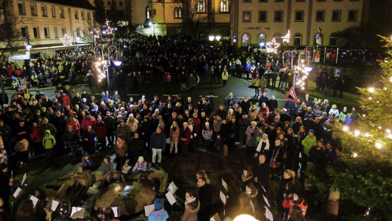 Das Weihnachtsspielen und -singen vor dem Neustädter Rathaus ist sehr beliebt.     Foto: Eva Korinth